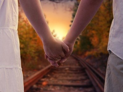 holding-hands-1772035_640.jpg